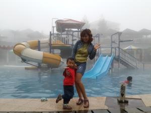 Mami & Kalev gaya dulu nih sebelum nyembung ke kolam air hangat ;)