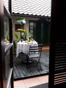 Leyeh-leyeh dari tempat tidur, lihat meja di teras tengah sudah rapi untuk sarapan